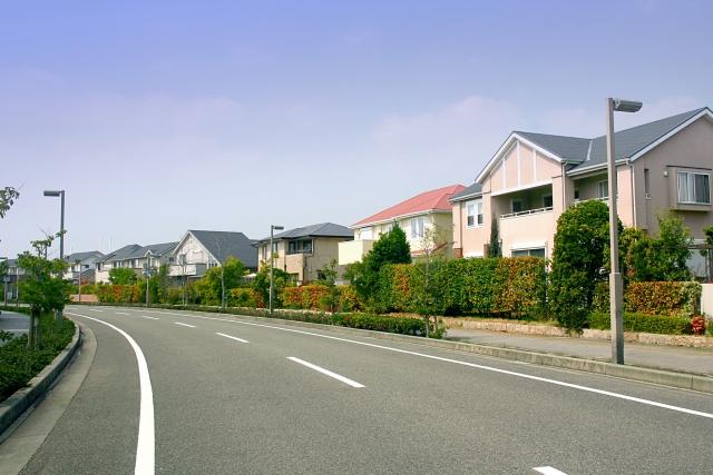 空き家の老朽化のせいで、隣家が売れない問題が増えています